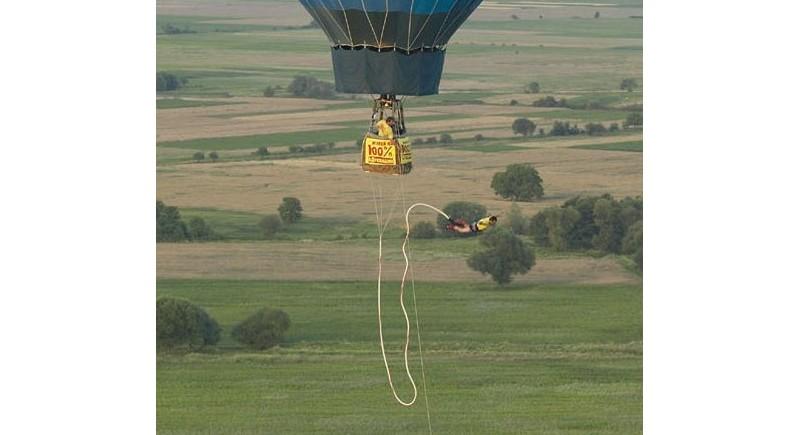 Васето прави бънджи скок от балон за рекламния календар на Еврофутбол.