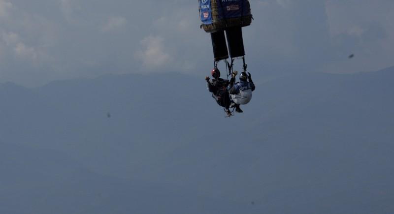 Валери и Калоян секунди преди отцепването от балона.