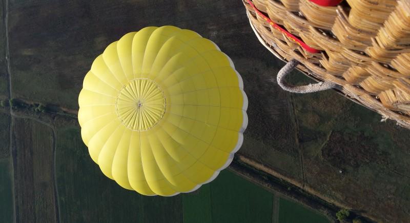 Тук летим с двата балона на 20 км от Пловдив. Ясен снима отгоре, ние сме в жълтия балон по-надолу.