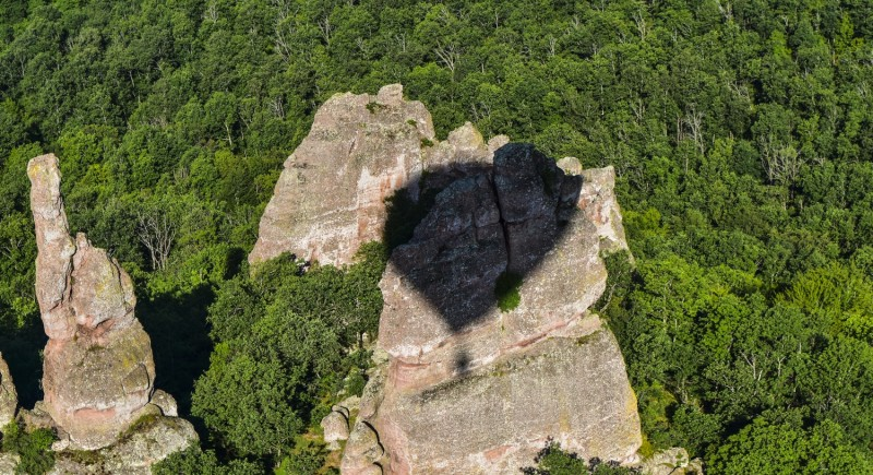Сянката върху скалата е като сърце!