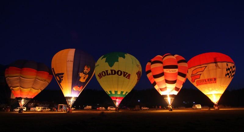 Вечер балоните са също много красиви, осветени от пламъка на горелката.