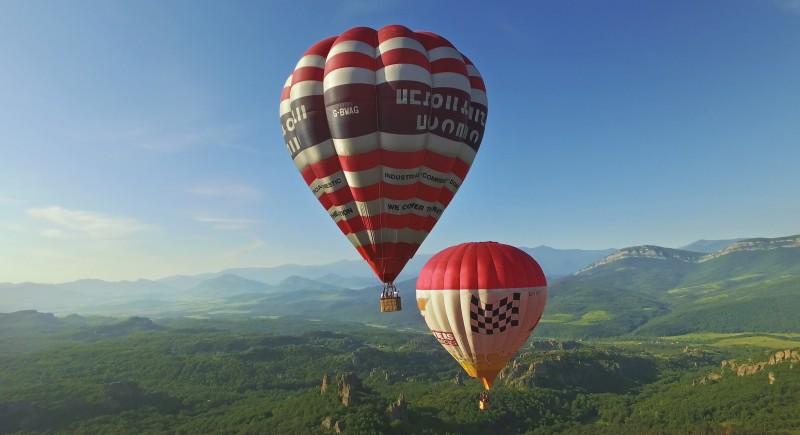 Двата балона плавно се носят във въздуха.