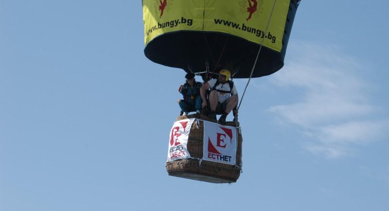 Готови за парашутни скокове от балона :) Росен Касабов и Нели Карушкова